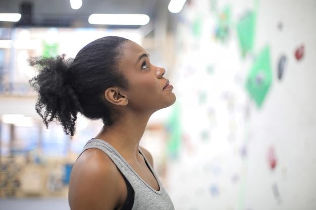 Dziewczyna szkolenia w centrum wspinaczki