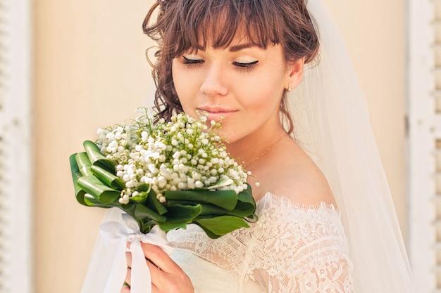 Dziewczyna szuka piękny bukiet kwiatów