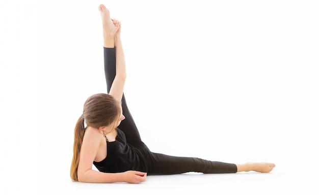Dziewczyna tancerz robi rozciąganie