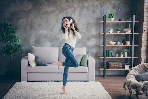 Dziewczyna tańczy słuchanie muzyki nowoczesny loft w stylu industrialnym salon