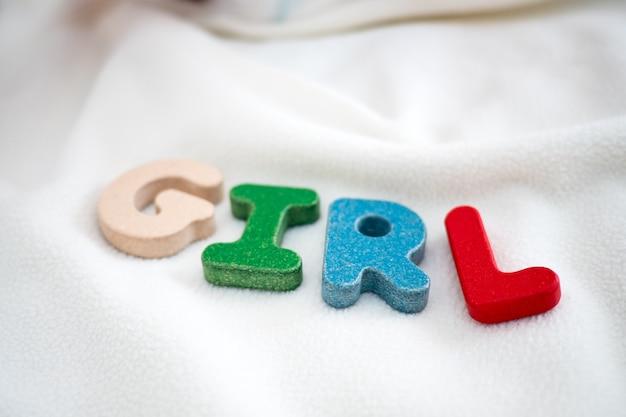 Dziewczyna tekst drewniane słowo na koc z dzieckiem stóp i kopia tło