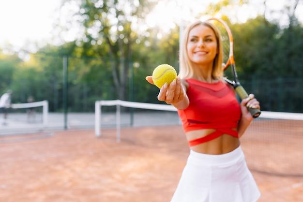 Dziewczyna tenisistka trenuje na korcie