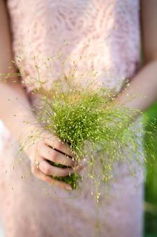 Dziewczyna trzyma bukiet dzikich kwiatów. domowy bukiet