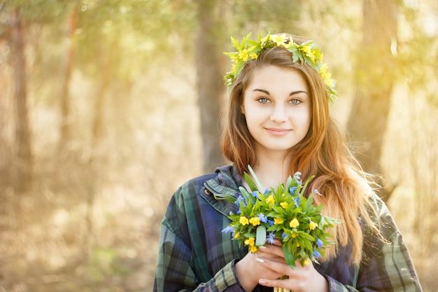Dziewczyna trzyma bukiet wiosna kwiaty