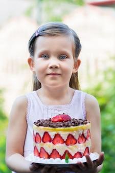 Dziewczyna trzyma ciasto francuskie