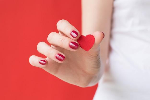 Dziewczyna trzyma czerwone serce