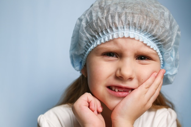 Dziewczyna trzyma dłonią jej policzek, boli ząb.