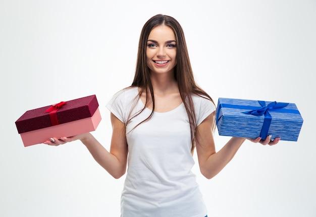 Dziewczyna trzyma dwa pudełka na prezenty