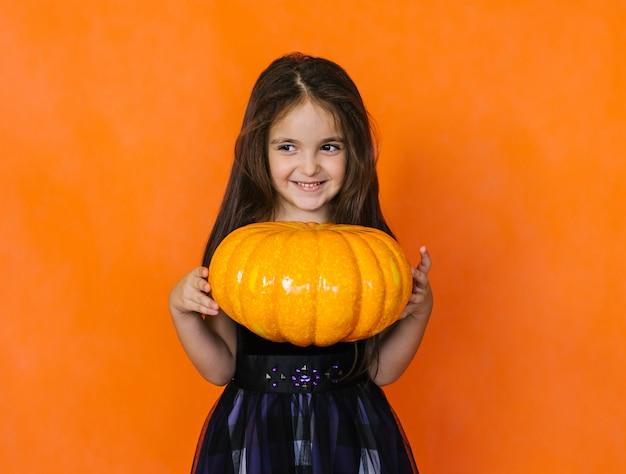 Dziewczyna trzyma dyni dekoracje na święta halloween.