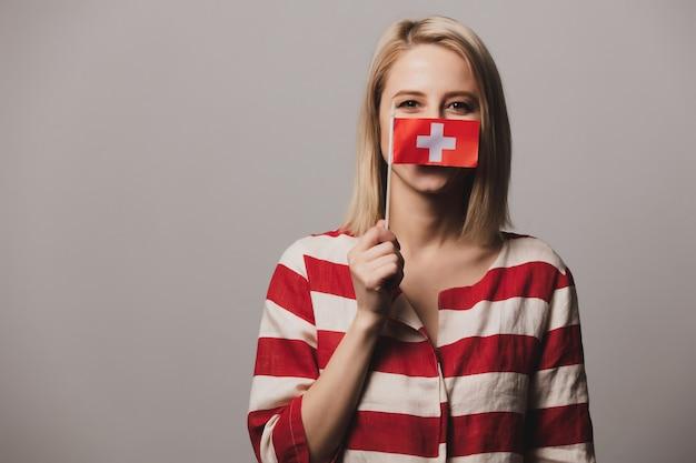 Dziewczyna trzyma flagę szwajcarii