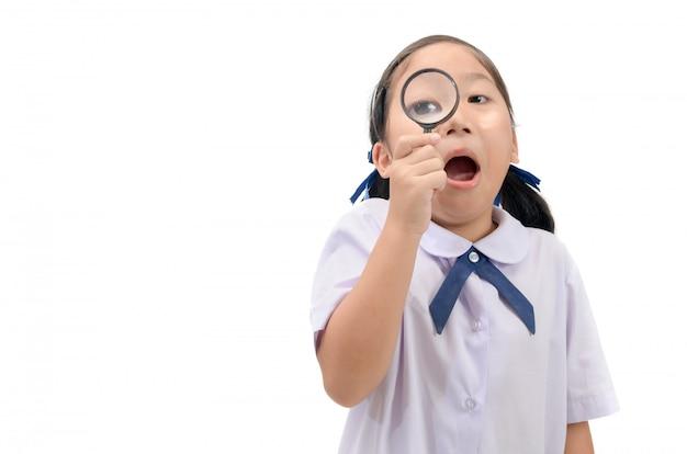 Dziewczyna trzyma i patrząc przez szkło powiększające