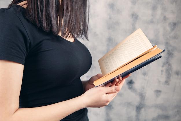 Dziewczyna trzyma książkę i czyta