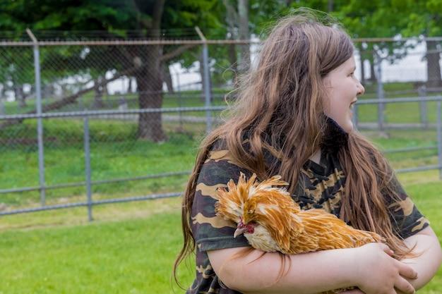 Dziewczyna trzyma ładny kurczaka padovana poza.