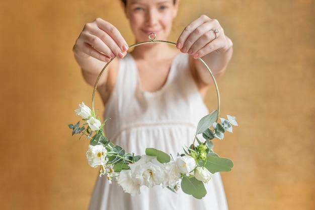 Dziewczyna trzyma liść ozdobioną złotą ramą