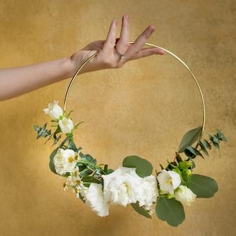 Dziewczyna Trzyma Liść Ozdobiony Okrągłą Złotą Ramą Premium Zdjęcia
