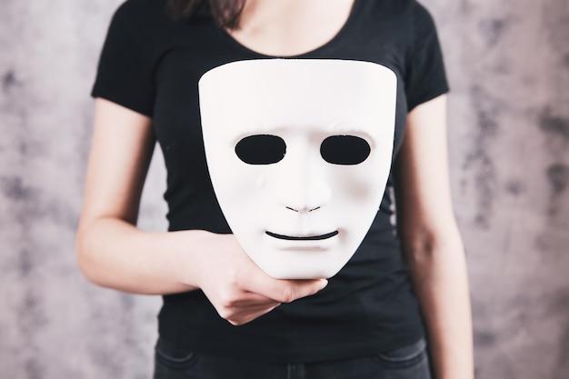 Dziewczyna trzyma maskę w ręku