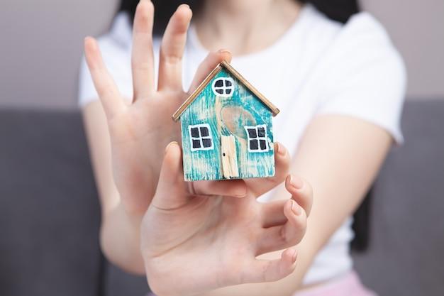 Dziewczyna trzyma model w domu