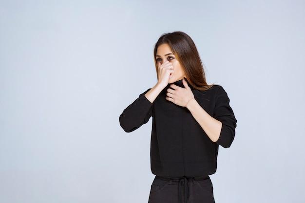 Dziewczyna trzyma nos z powodu nieprzyjemnego zapachu. zdjęcie wysokiej jakości