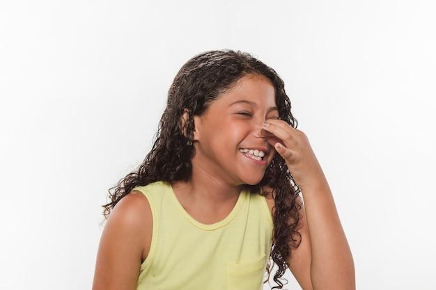 Dziewczyna trzyma nos ze względu na nieprzyjemny zapach