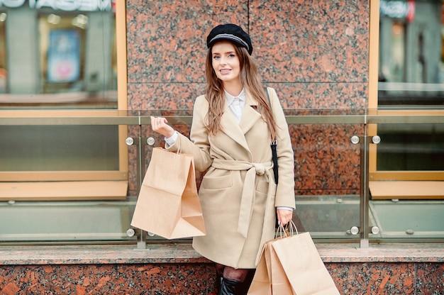 Dziewczyna trzyma pakiety rzemiosła papieru jesienią