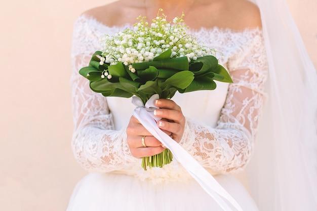 Dziewczyna trzyma piękny bukiet kwiatów
