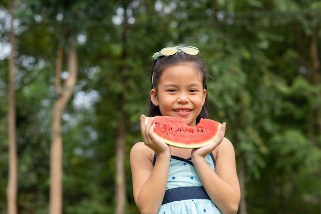 Dziewczyna trzyma plasterek arbuza