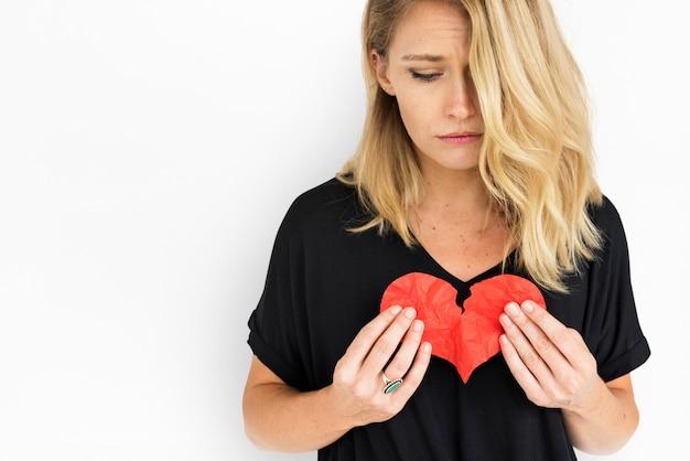 Dziewczyna trzyma pojęcie złamane serce