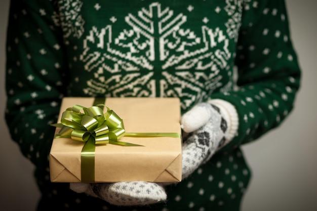 Dziewczyna trzyma prezent na boże narodzenie.