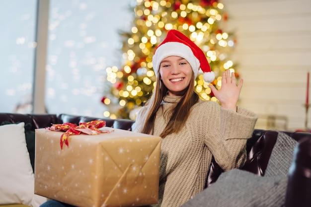 Dziewczyna trzyma prezent na sylwestra.