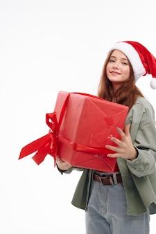 Dziewczyna trzyma prezent w ręku czerwone pudełko świąteczne emocje wakacje. wysokiej jakości zdjęcie