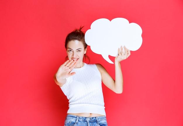 Dziewczyna trzyma pustą tablicę pomysłu na kształt chmury i odmawia jej grania.