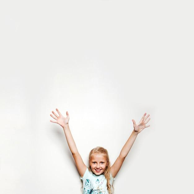 Dziewczyna trzyma się za ręce, uśmiechnięte