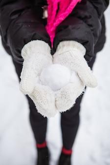 Dziewczyna trzyma śnieżkę
