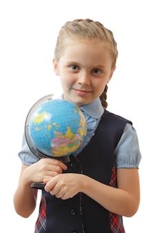 Dziewczyna trzyma światową kulę ziemską na białym tle