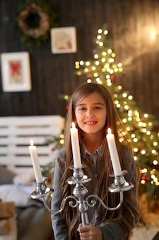 Dziewczyna trzyma świecznik