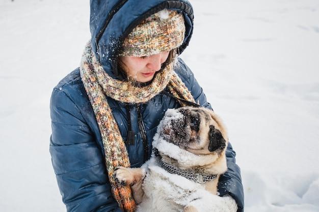 Dziewczyna trzyma swojego psa, zwierzaka, weterynarza, komunikacji ze zwierzętami