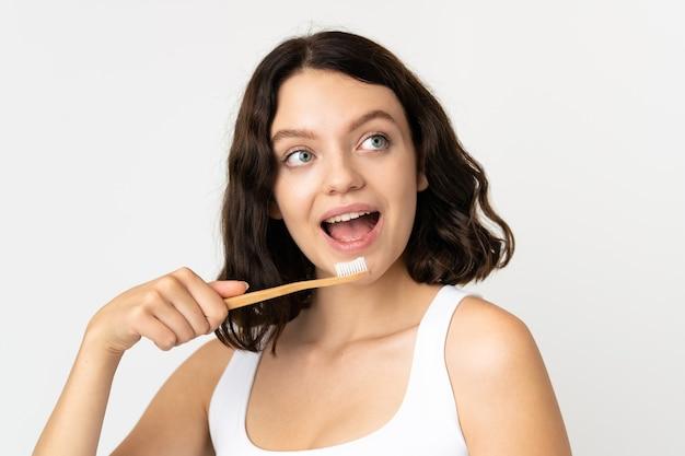Dziewczyna trzyma szczoteczkę do zębów
