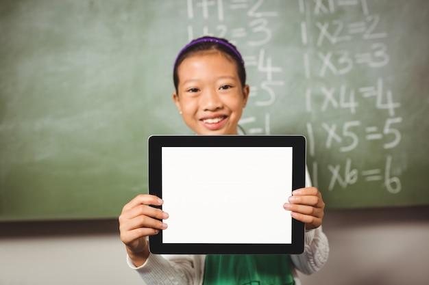 Dziewczyna trzyma tabletkę