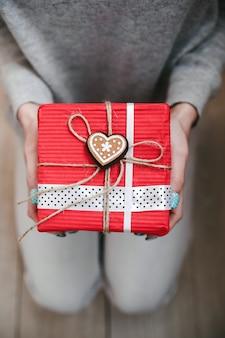 Dziewczyna trzyma w rękach uroczy prezent dla ukochanej osoby