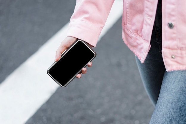 Dziewczyna trzyma w ręku smartfon