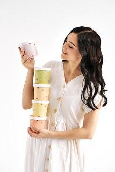 Dziewczyna trzyma wieżę kolorowych pudełek papierowych. koncepcja stylu życia ludzi. makieta miejsca na kopię.