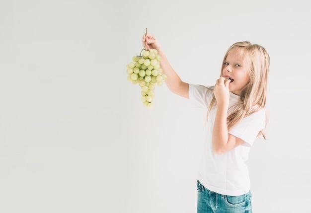 Dziewczyna trzyma winogrona
