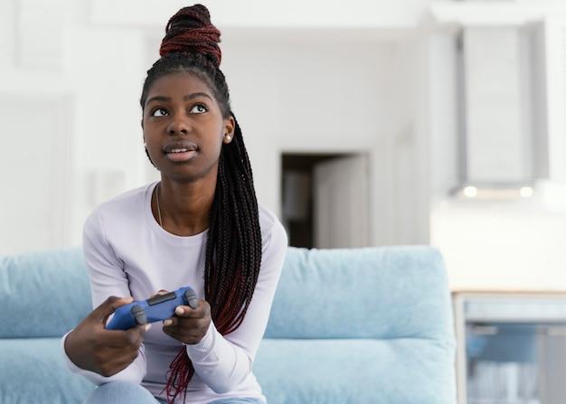Dziewczyna trzymająca kontroler średni strzał