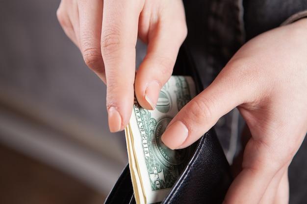 Dziewczyna trzymająca pieniądze w dłoniach