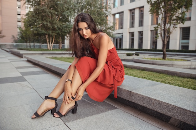 Dziewczyna turystyczny podróży na wakacje pozowanie na ulicy miasta z pięknymi nogami w wysokich obcasach
