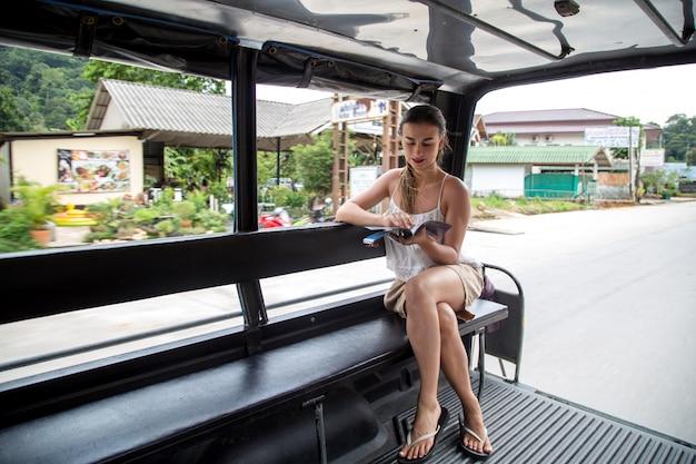 Dziewczyna turystyczny w tajskiej taksówce tuk tuk
