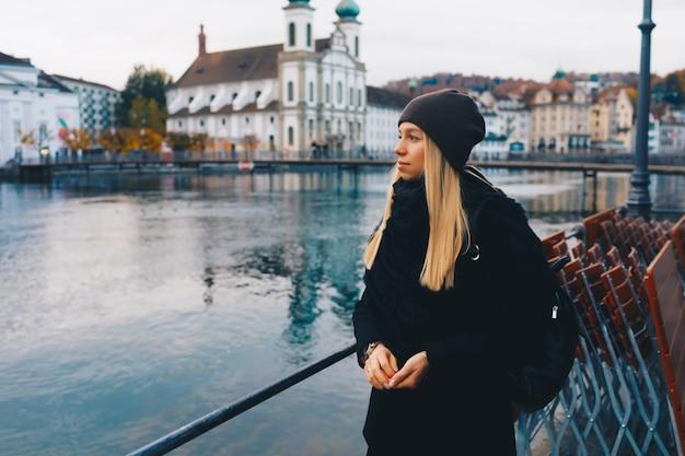 Dziewczyna turystyczny zwiedzanie nowego miasta jesienią