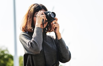 Dziewczyna używa jej kamerę outdoors