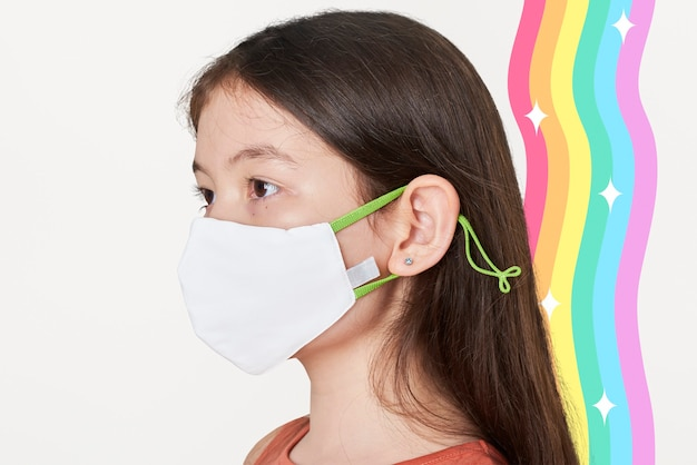 Dziewczyna ubrana w białą maskę
