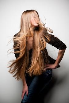 Dziewczyna ubrana w czarną kurtkę z długimi włosami